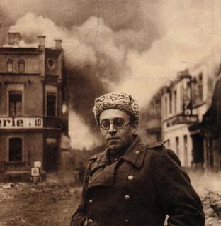 Vassily Grossman (né Iosif Solomonovich Grossman) avec l'Armée Rouge dans la ville de Schwerin, en Allemagne, 1945.